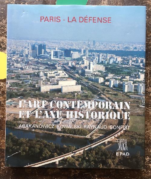 Paris - La Défense.  L'art contemporain et l'art historique